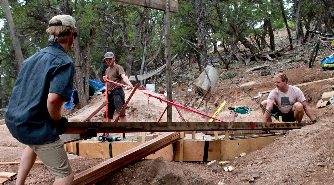 Ausgerechnet in einer Gegend in den Rocky Mountains, die häufig von Erdrutschen und Schneestürmen heimgesucht wird, wollen sie eine Berghütte bauen: (v.l.n.r.) Rob, Darin und Dan ...