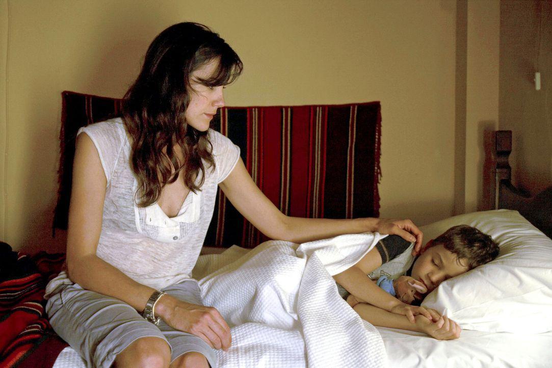 Claudia (Bettina Zimmermann, l.) kann einfach nicht glauben, dass Thomas sie mit Timmy (Jannis Michel, r.) sitzen gelassen hat. - Bildquelle: Xeni Taze Sat.1