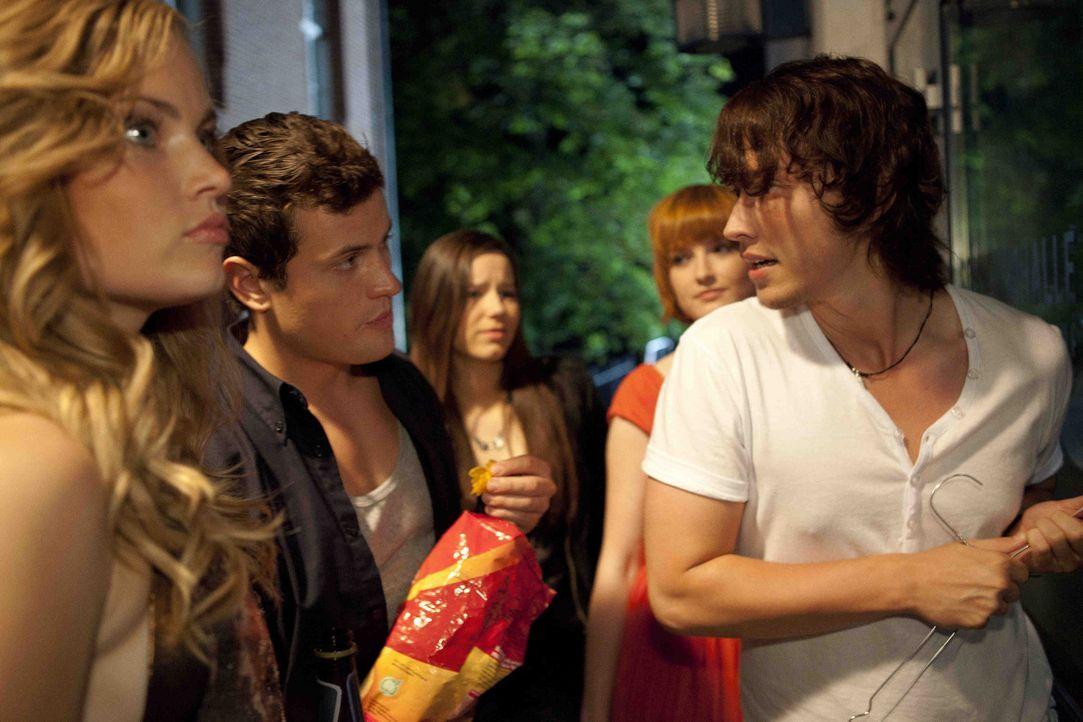 Ben (Christopher Kohn, r.) erfreut sich schon am ersten Tag großer Beliebtheit - besonders bei seinen Mitschülerinnen. Vor allem Caro (Sonja Bertr... - Bildquelle: SAT.1