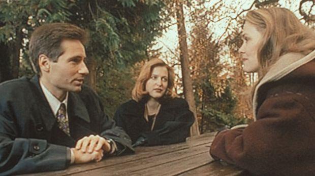 Mulder (David Duchovny, l.) und Scully (Gillian Anderson, M.) recherchieren i...