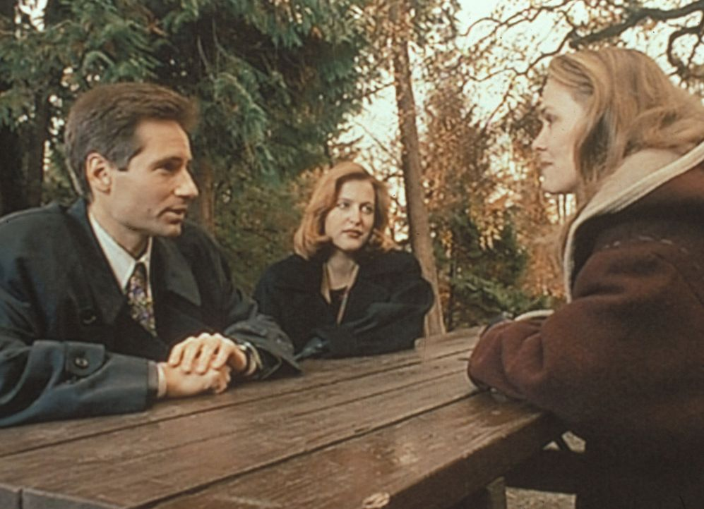 Mulder (David Duchovny, l.) und Scully (Gillian Anderson, M.) recherchieren in Aubrey, Missouri, wegen einer Mordserie, die ihren Ursprung vor 50 Ja... - Bildquelle: TM +   Twentieth Century Fox Film Corporation. All Rights Reserved.