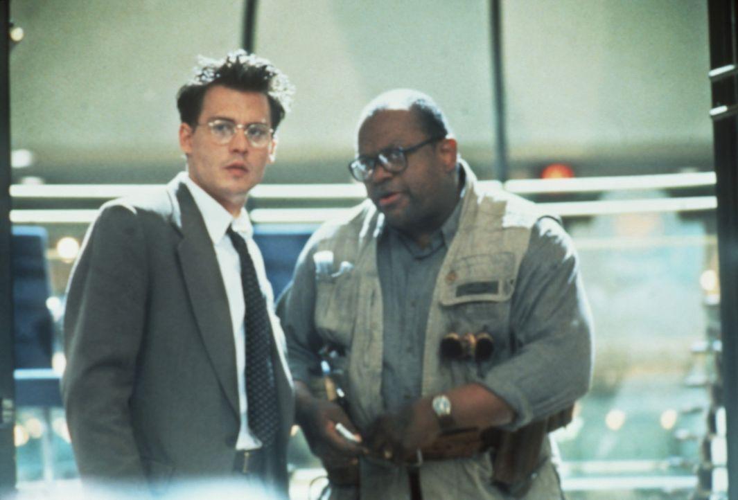 Unverhoffte Hilfe erhält Gene Watson (Johnny Depp, l.) von dem scheinbar hilflosen Schuhputzer Huey (Charles S. Dutton, r.) ... - Bildquelle: Paramount Pictures