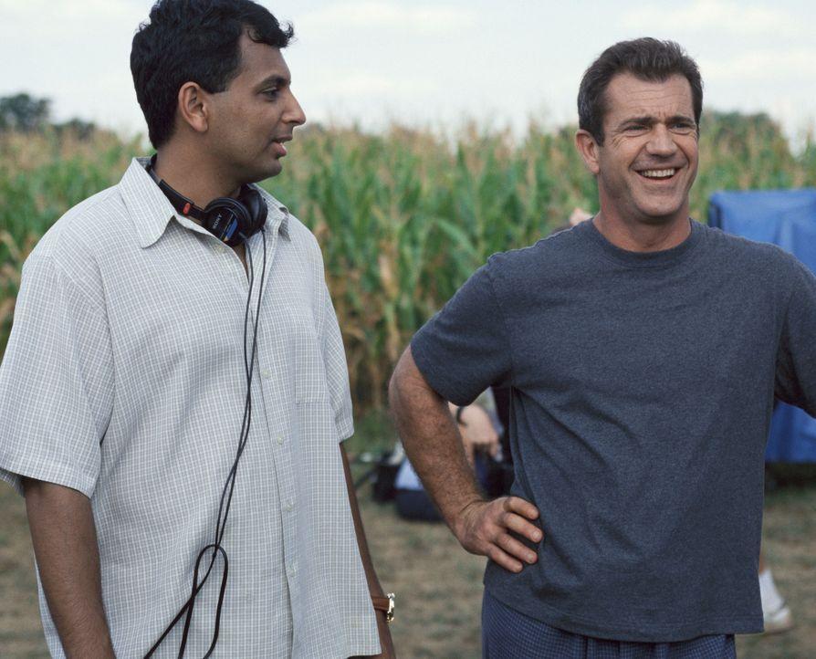 Regisseur M. Night Shyamalan, l. und sein Hauptdarsteller Mel Gibson, r. bei den Dreharbeiten zu Signs - Zeichen - Bildquelle: Touchstone Pictures