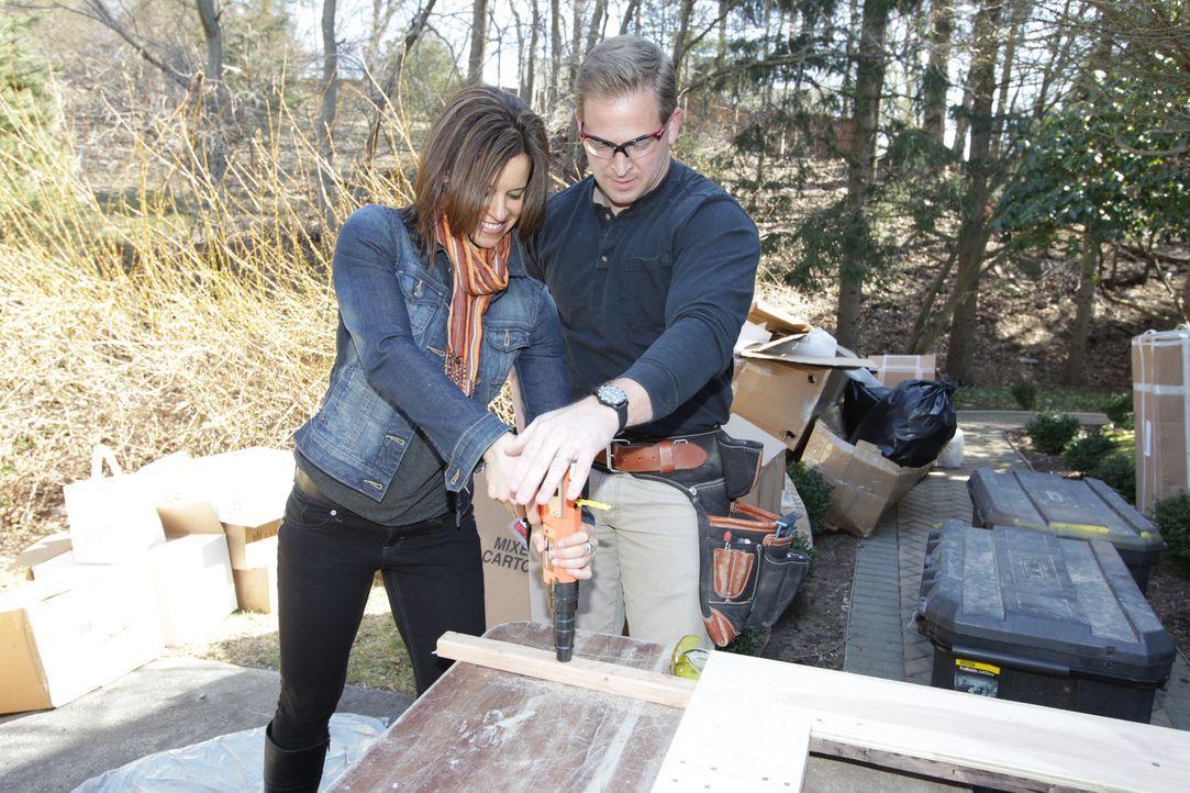 Packen gemeinsam an: NBCs Today  Moderatorin Jenna Wolfe (l.) und Bauunternehmer Jason Cameron (r.) ... - Bildquelle: 2012, DIY Network/Scripps Networks, LLC.  All Rights Reserved.