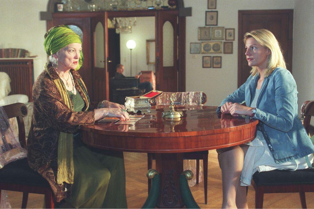 Sophie (Sophie Schütt, r.) fühlt einer Wahrsagerin (Eva-Maria Hagen, l.) auf den Zahn, die ihre leichtgläubigen Kunden jahrelang böse verschaukelt h... - Bildquelle: Claudius Pflug Sat.1