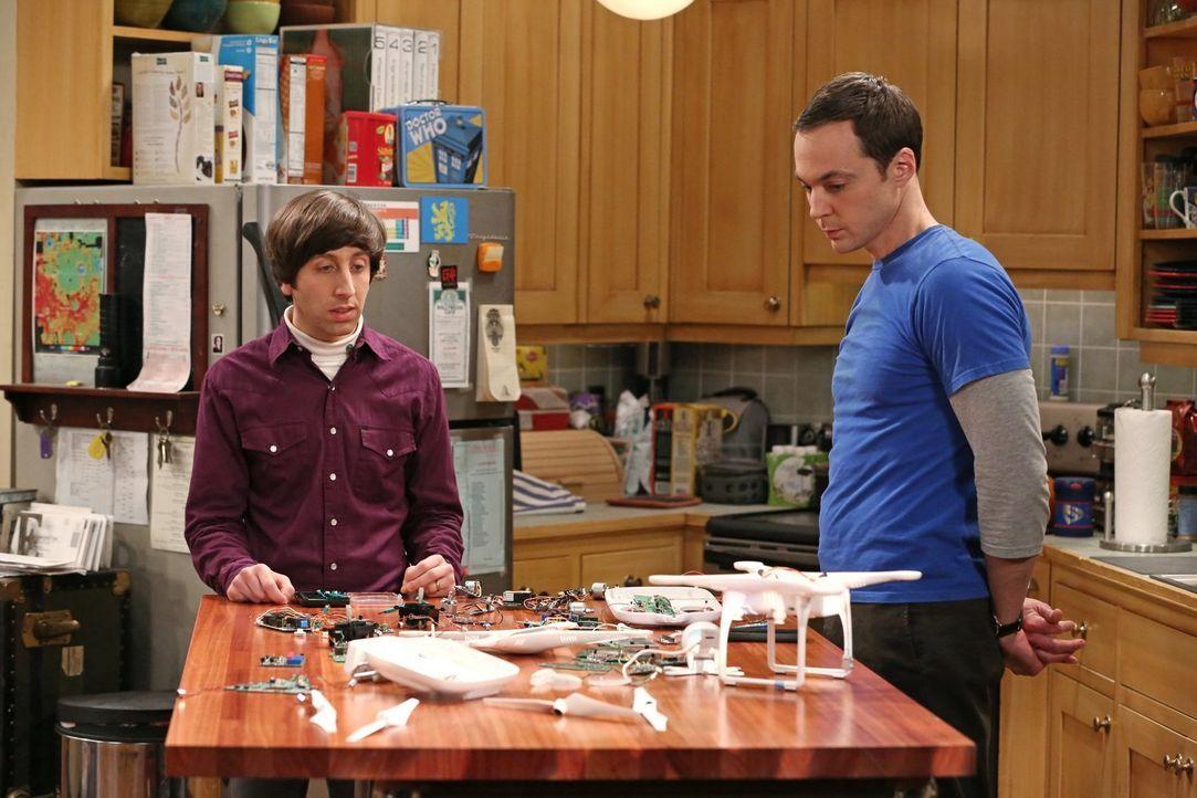 Haben sich Sheldon (Jim Parsons, r.) und Howard (Simon Helberg, l.) bei der Dekonstruktion der Drohne überschätzt? - Bildquelle: Warner Bros. Television