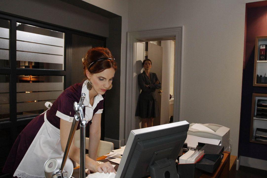 Manu (Marie Zielcke, l.) wird von Karin (Birge Funke, r.) beim Spionieren ertappt. Wird das Konsequenzen haben? - Bildquelle: SAT.1