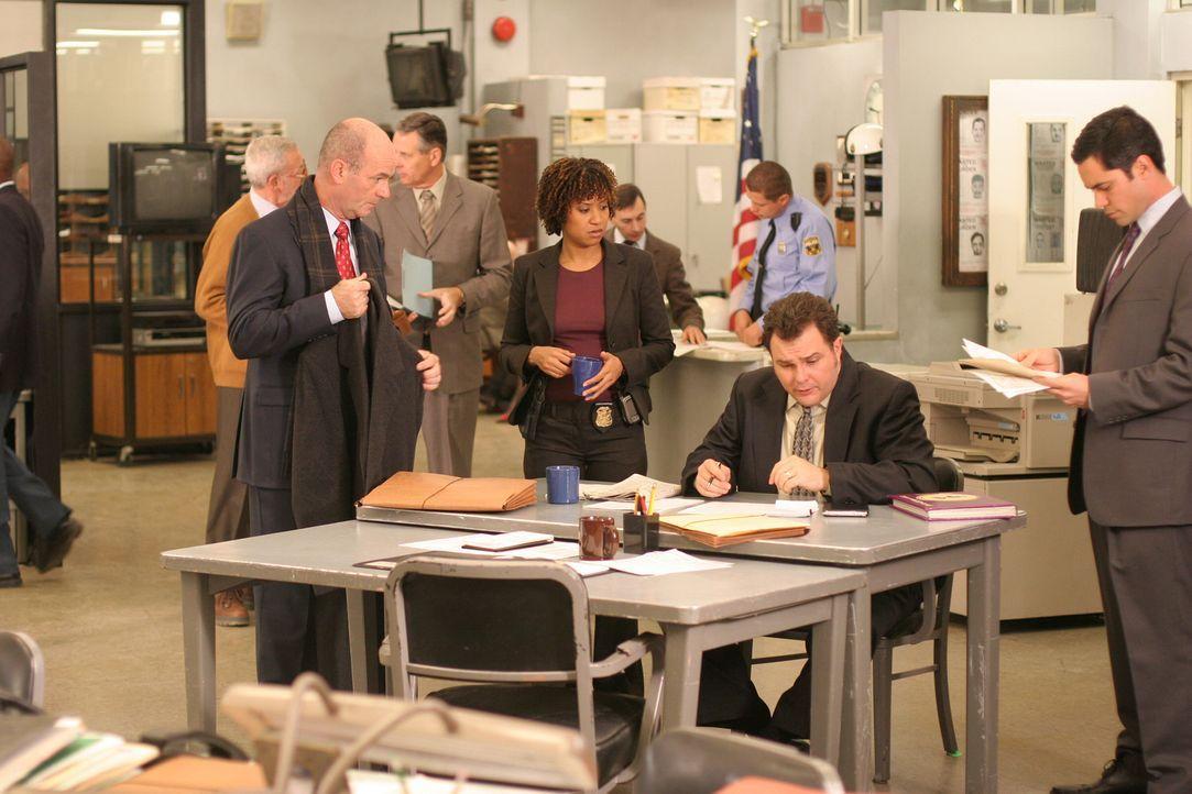 Mit Hochdruck arbeiten Lt. John Stillman (John Finn, vorne l.), Kat Miller (Tracie Thoms, vorne 3.v.r.), Det. Nick Vera (Jeremy Ratchford, 2.v.r.) u... - Bildquelle: Warner Bros. Television
