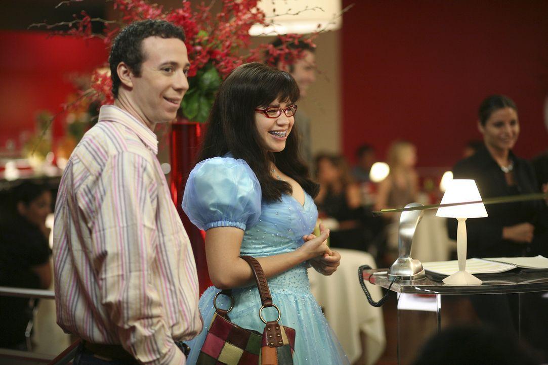 """Verbringen ein Wochenende im """"50 Prince"""", einem Nobelhotel in Manhattan: Betty (America Ferrera, r.) und Walter (Kevin Sussman, l.) ... - Bildquelle: Buena Vista International Television"""