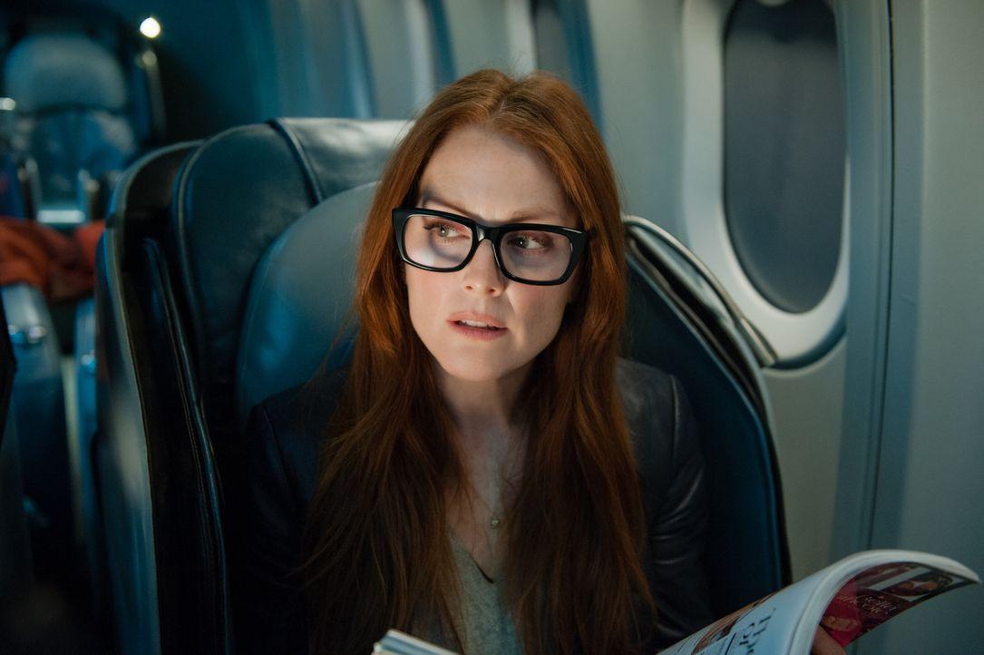 Während die anderen Passagiere nichts ahnen, erkennt die attraktive Jen Summers (Julianne Moore) schon bald, dass etwas im Busch ist. Da bittet sie... - Bildquelle: Myles Aronowitz 2014 TF1 FILMS PRODUCTION S.A.S STUDIOCANAL S.A. ALL RIGHTS RESERVED.