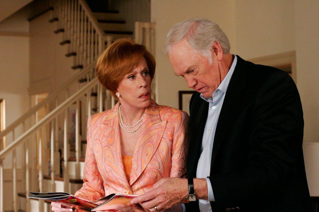 Bree's Vater Henry (Ronny Cox, r.) und ihre Stiefmutter Eleanor (Carol Burnett, l.) erreichen vor Gericht einen Aufschub - sie wollen den Streit zwi... - Bildquelle: 2005 Touchstone Television  All Rights Reserved