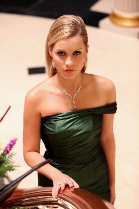 Rebekah (Claire Holt) flirtet heftig mit Matt, bis ihr Kol einen Strich durch die Rechnung macht. - Bildquelle: Warner Brothers