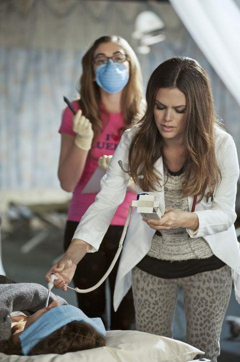 Zusammen mit ihrer Aushilfe Rose (McKaley Miller, l.) versucht Zoe (Rachel Bilson, r.) der immer größeren Menge an Kranken Herr zu werden, aber dies... - Bildquelle: Warner Bros.
