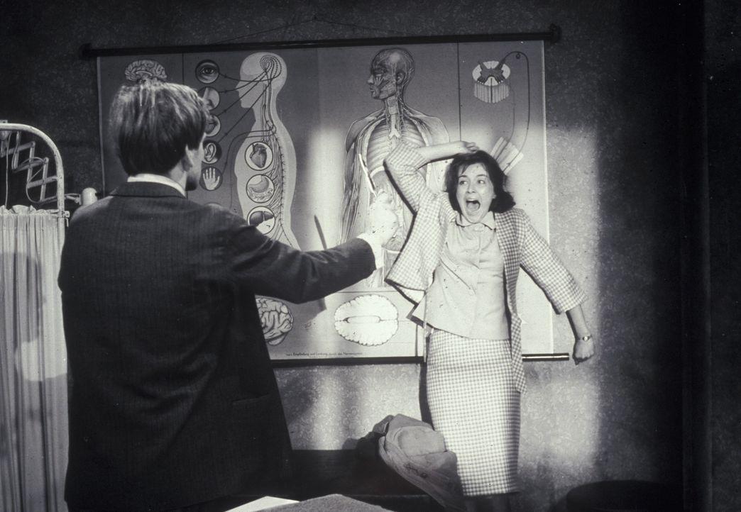 In Bedrängnis: Margaret Reddle (Brigitte Grothum, r.) wird von Mike Dorn (Joachim Fuchsberger, l.) bedroht. Wenn da mal nicht die seltsame Gräfin... - Bildquelle: Constantin Film