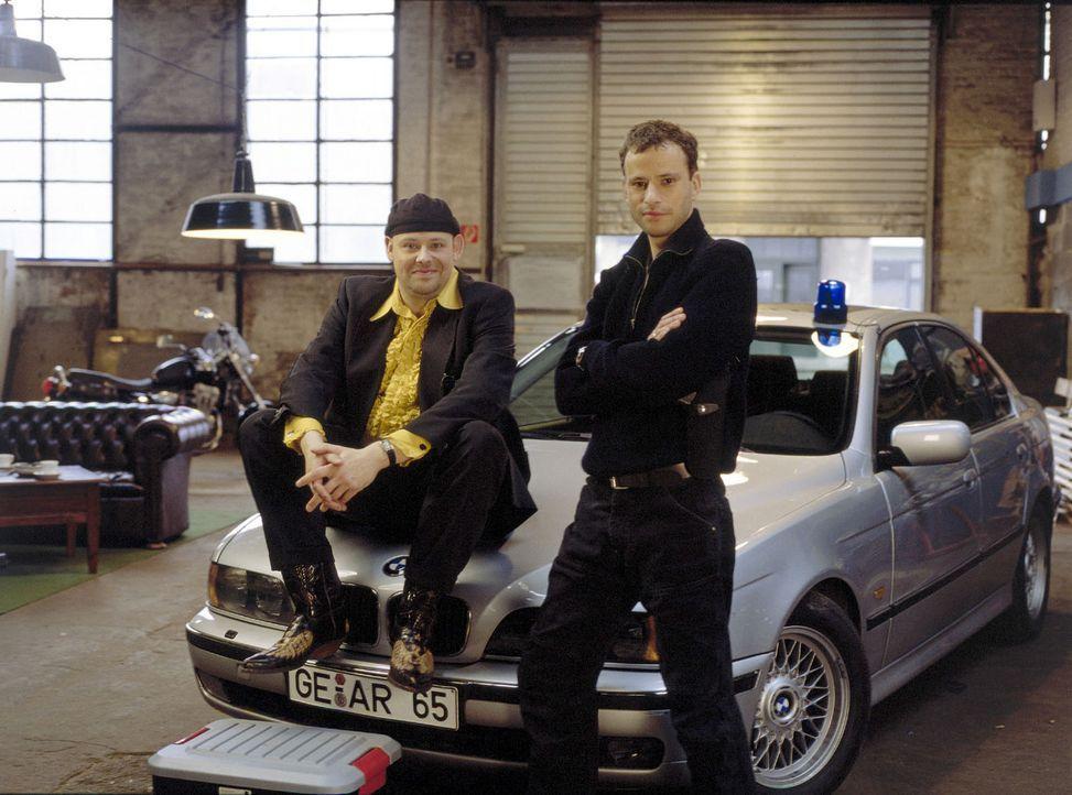 Manni Tenckhoff (Axel Häfner, l.) und Timo Laboga (Frank Stieren, r.) sind das perfekte Ermittler-Duo mit viel Herz und Humor ... - Bildquelle: Martin Menke Sat.1