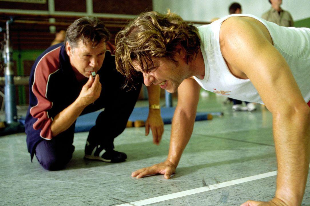 Jupp (Uwe Fellensiek, r.) muss sich als Wachmann beweisen und wird von Roland Koch (Bernd Tauber, l.) knallhart trainiert. - Bildquelle: Guido Engels Sat.1