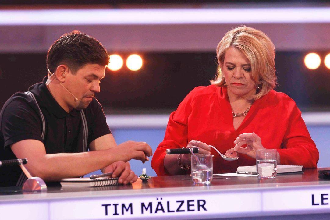 Kritische Testesser: Tim Mälzer (l.) und Lea Linster (r.) entscheiden gemeinsam mit zwei weiteren Spitzenköchen, welcher der Kandidaten die 100.000... - Bildquelle: Guido Engels SAT.1