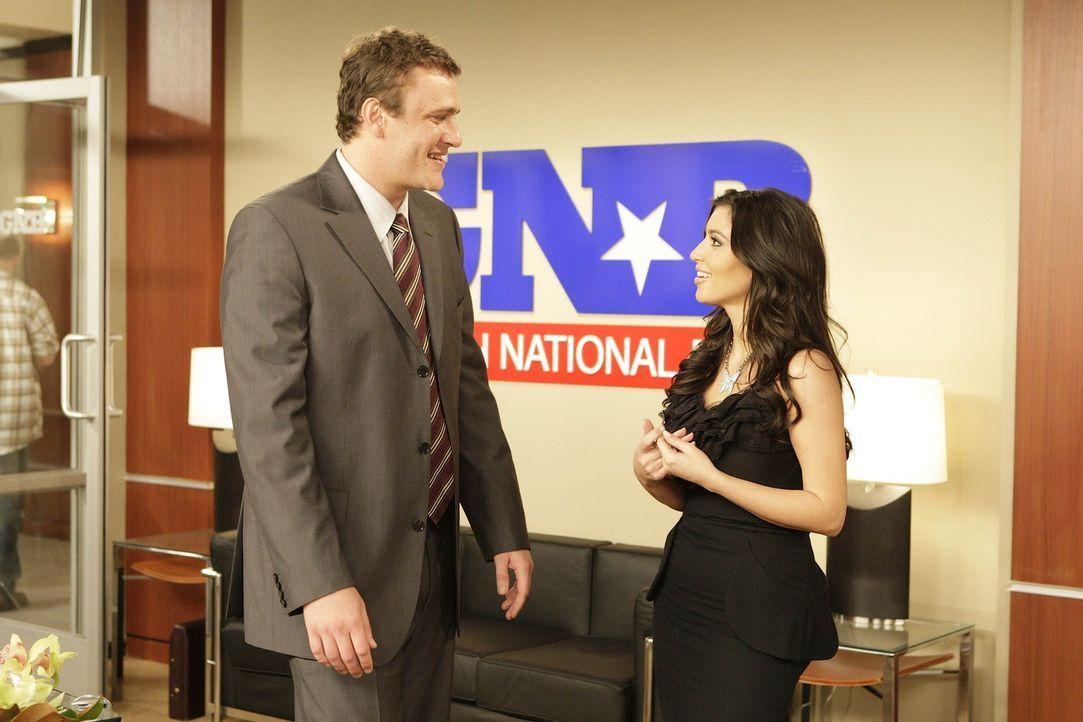 """Bei den Dreharbeiten zu """"How I Met Your Mother"""": Kim Kardashian (r.) und Jason Segel (l.) - Bildquelle: 20th Century Fox International Television"""
