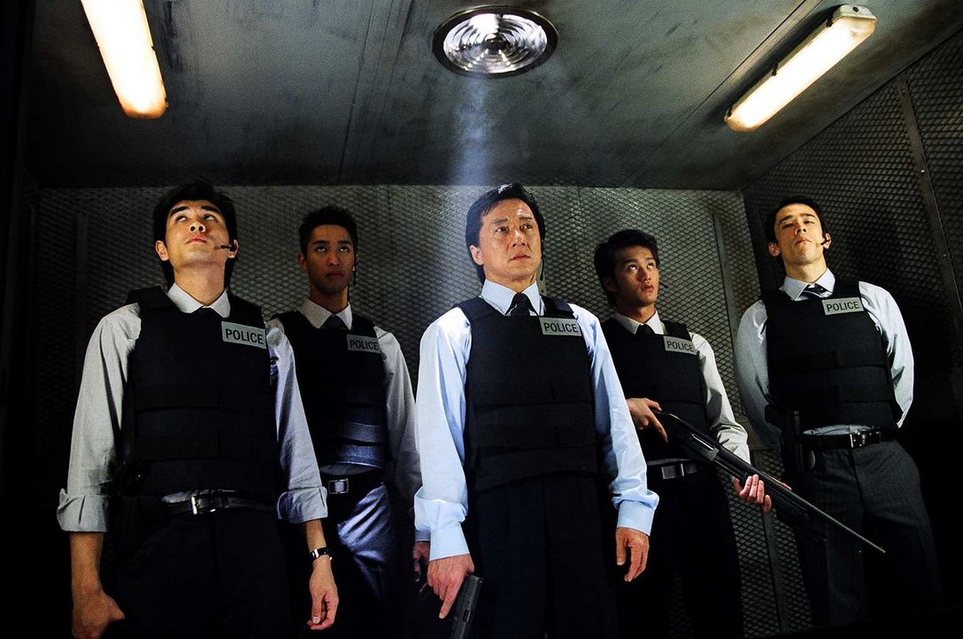Inspektor Wing (Jackie Chan, M.) ist der beste Cop von Hongkong. Nun aber stößt seine Kunst an ihre Grenzen, und zwar ausgerechnet im Falle einer... - Bildquelle: E.M.S.