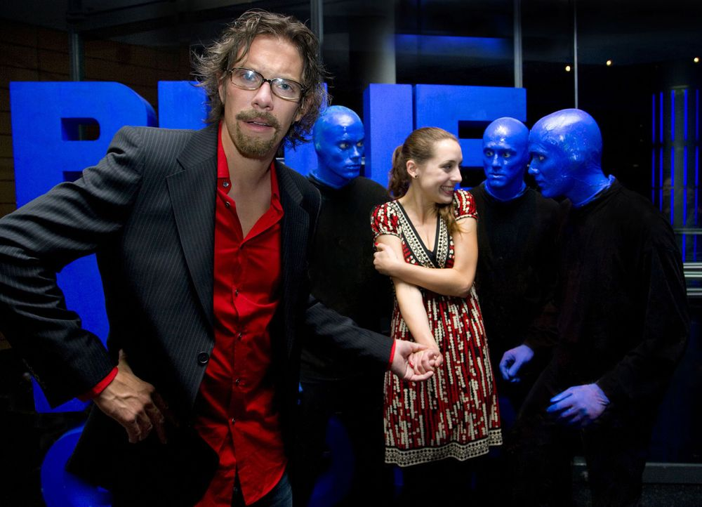"""Simon (l.) hat sich riesig auf den Besuch bei der """"Blue Man Group"""" gefreut und dann das: Die blauen Jungs schmeißen sich tatsächlich an seine Freund... - Bildquelle: Richard Hübner ProSieben"""