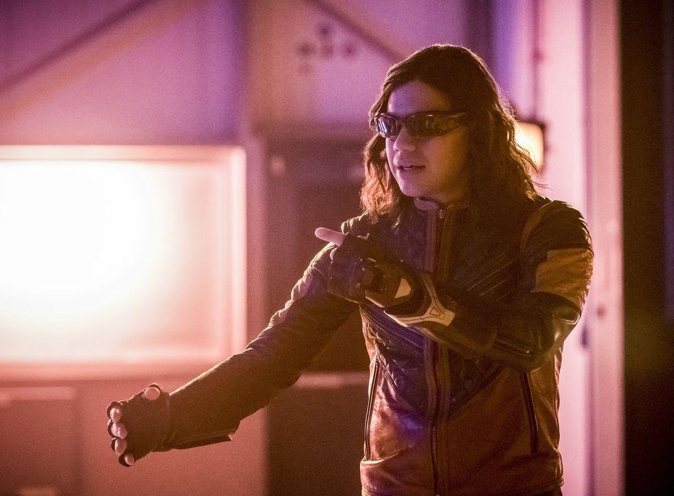 Während Cisco alias Vibe (Carlos Valdes) und alle anderen Menschen in Central City wie eingefroren sind, müssen Barry, Jesse und Jay sich so schnell... - Bildquelle: 2017 Warner Bros.
