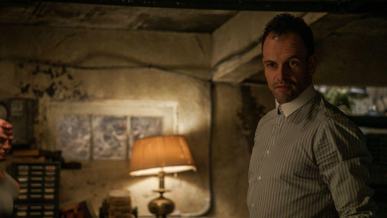 Holmes (Jonny Lee Miller) und Watson ermitteln in einer Reihe von Mordfällen, die zahlreiche Fragen aufwirft ... - Bildquelle: CBS Television