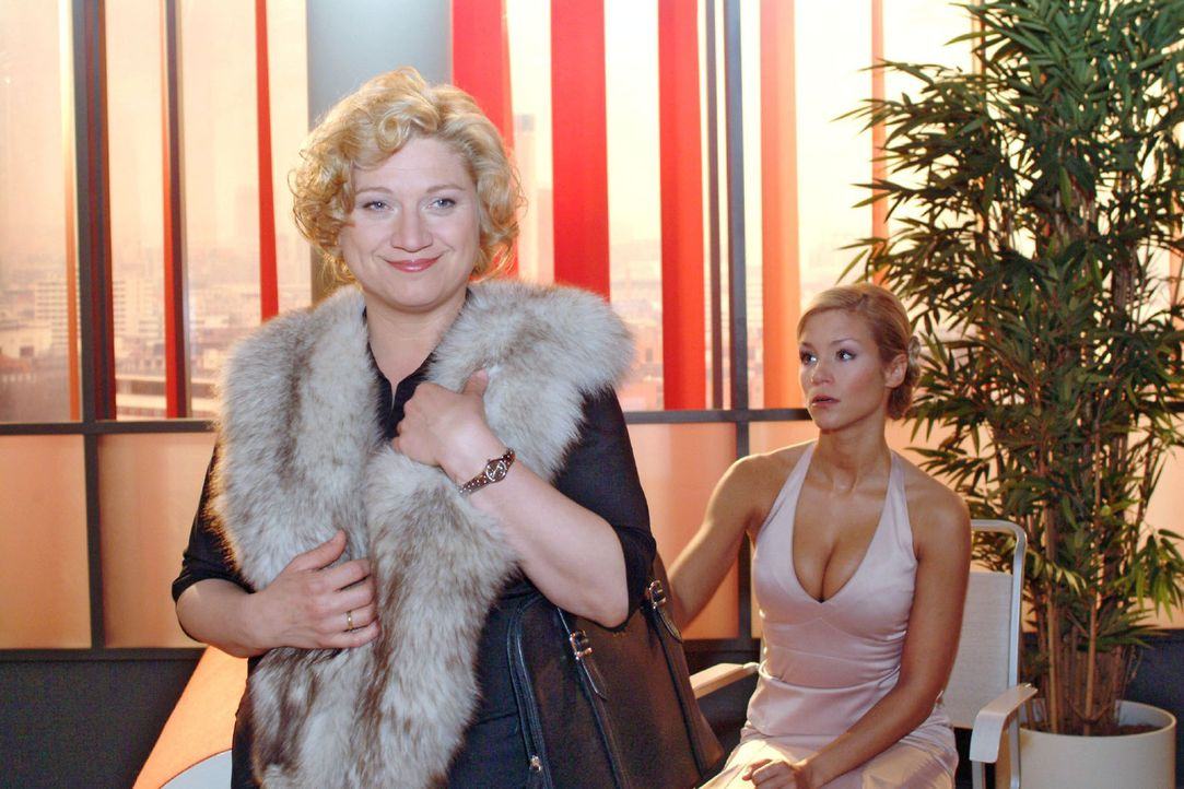 Kann Agnes (Susanne Szell, l.) mit Hilfe von Helgas edlem Pelz Sabrina (Nina-Friederike Gnädig, r.) in eine Falle locken? - Bildquelle: Sat.1