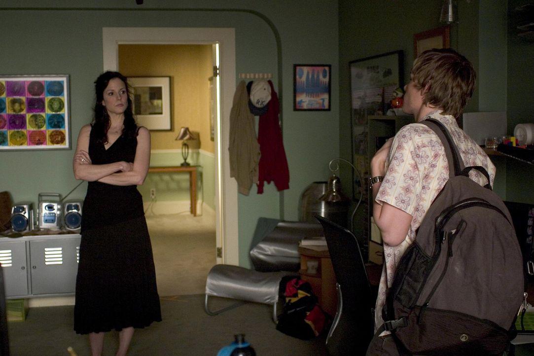 Silas (Hunter Parrish, r.) wird von der Polizei aufgegriffen, weil er Ecstasy genommen hat und wirft Nancy (Mary-Louise Parker, l.) vor, sie sei ein... - Bildquelle: Lions Gate Television