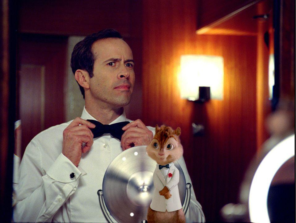 Chip ahoi! Alvin (r.), Simon, Theodore und die Chipettes machen zusammen mit Dave (Jason Lee, l.) Urlaub an Bord eines Luxuskreuzers und - wie immer... - Bildquelle: 2011 Twentieth Century Fox Film Corporation. All rights reserved.