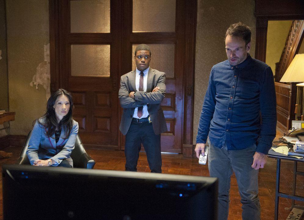 Als eine Bombe in den Büroräumen einer Firma hochgeht und zwei Opfer fordert, beginnt Sherlock Holmes (Jonny Lee Miller, r.) gemeinsam mit Joan Wats... - Bildquelle: CBS Television