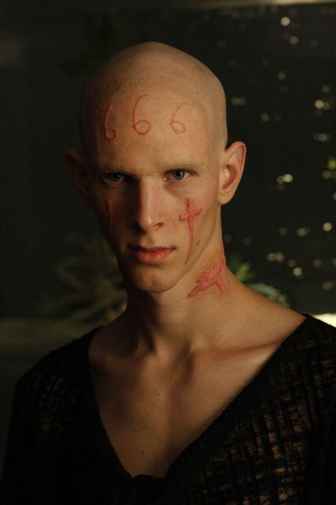 Sean und Christian sollen die Tattoos eines Teenagers (Parker Croft), der von dunklen Zügen seiner Persönlichkeit gequält wird entfernen. Doch da... - Bildquelle: Warner Bros. Entertainment Inc. All Rights Reserved.