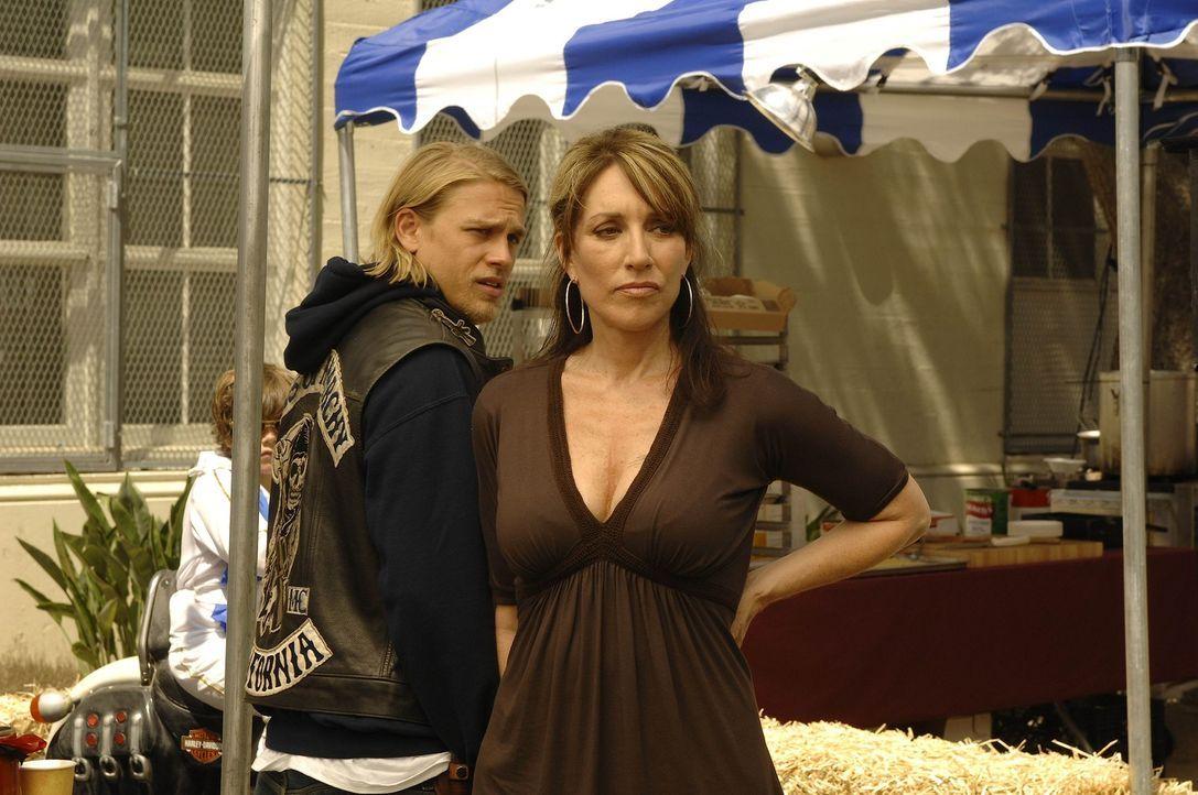 Jax (Charlie Hunnam, l.) hilft seiner Mutter Gemma (Katey Sagal, r.), die ein großes Benefiz-Fest organisiert hat ... - Bildquelle: 2008 FX Networks, LLC. All rights reserved.