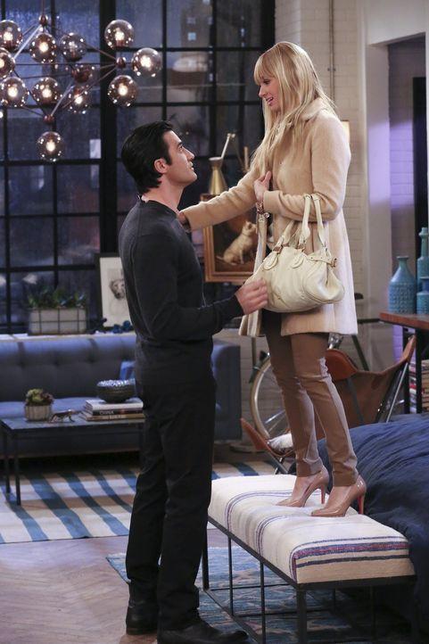 Nicolas (Gilles Marini, l.) gibt nicht auf - er versucht alles, damit er mit Caroline (Beth Behrs, r.) zusammen sein kann ... - Bildquelle: Warner Bros. Television