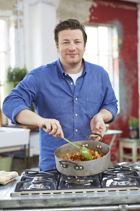 """(2. Staffel) - Der britische Starkoch Jamie Oliver zeigt in seiner neuen Show """"Cook clever mit Jamie"""", wie man auch mit einem kleinen Budget kulinar... - Bildquelle: David Loftus 2013 Jamie Oliver Enterprises Ltd."""