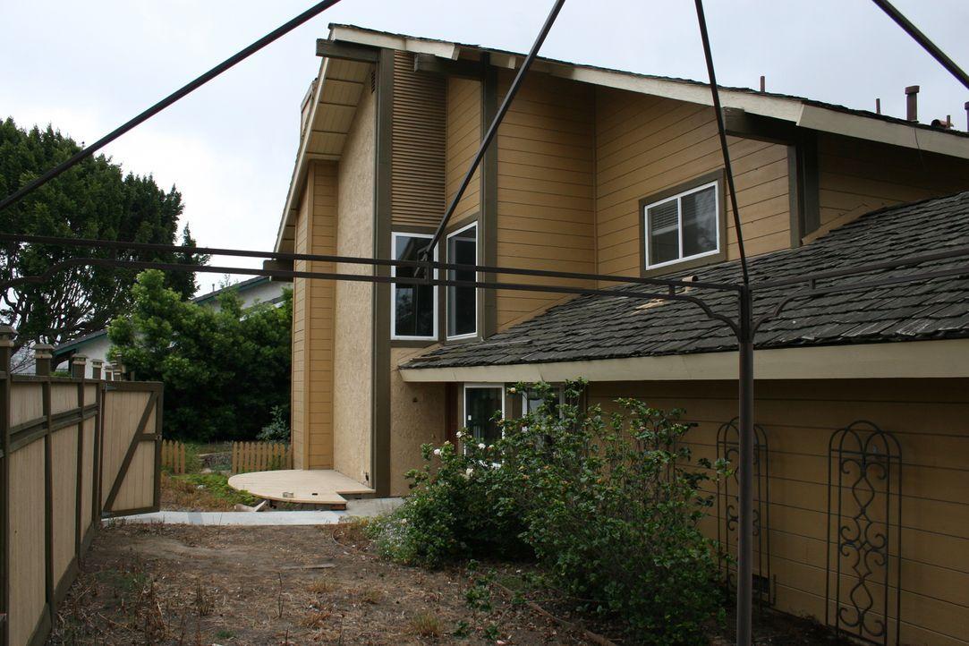 Für 425.000 Dollar erstehen Tarek und Christina eine aussichtsreiche Immobilie mit brauner Holzverkleidung, doch als sie mit den Umbaumaßnahmen begi... - Bildquelle: 2016,HGTV/Scripps Networks, LLC. All Rights Reserved