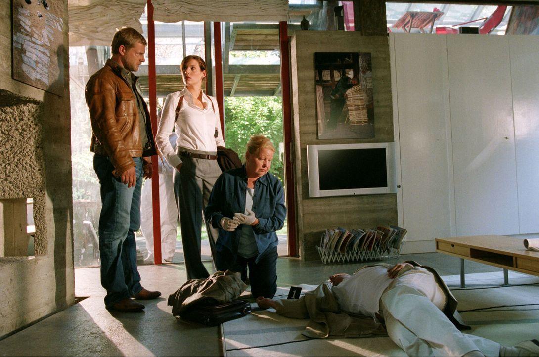 Der Pressefotograf Schumann wird tot in seinem Haus aufgefunden. Nina (Elena Uhlig, M.) und Leo (Henning Baum, l.) versuchen mit Hilfe von Dr. Reite... - Bildquelle: Sat.1