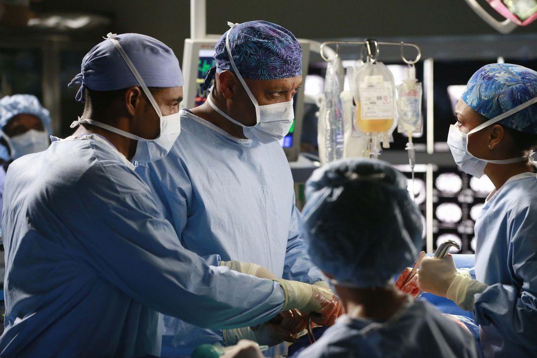 Versuchen alles, um einen Patienten zu retten: Ben (Jason George, l.), Richard (James Pickens Jr., 2.v.l.) und Maggie (Kelly McCreary, r.) ... - Bildquelle: ABC Studios