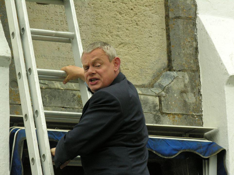 Muss hoch hinaus, um einen alten Mann zu retten: Doc Martin (Martin Clunes) ... - Bildquelle: BUFFALO PICTURES/ITV