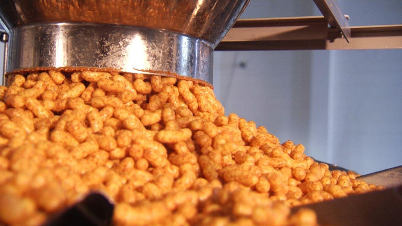 """""""Galileo"""" geht Lebensmittelmythen auf den Grund und zeigt, wie Erdnussflips hergestellt werden ... - Bildquelle: ProSieben"""