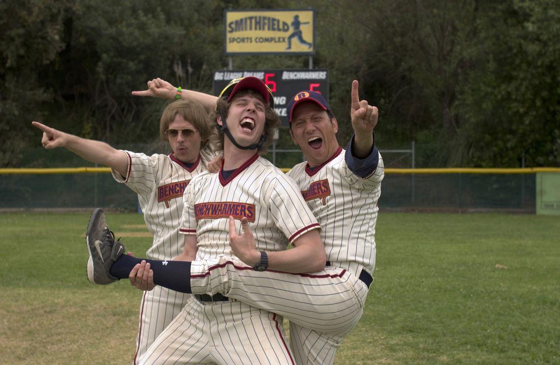 Früher hatten die Freunde Richie (David Spade, l.), Clark (Jon Heder, M.) und Gus (Rob Schneider, r.) nichts zu lachen, nun feiern sie ihren Sieg -... - Bildquelle: Sony Pictures Television International. All Rights Reserved.