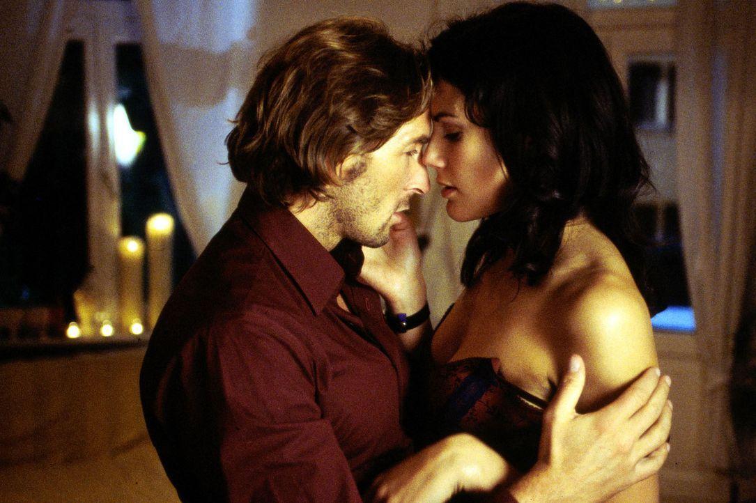 Tom (Mark Keller, l.) und Saschas Erzieherin Pamela (Bettina Zimmermann, r.) verlieben sich ineinander ... - Bildquelle: Thiele Sat.1