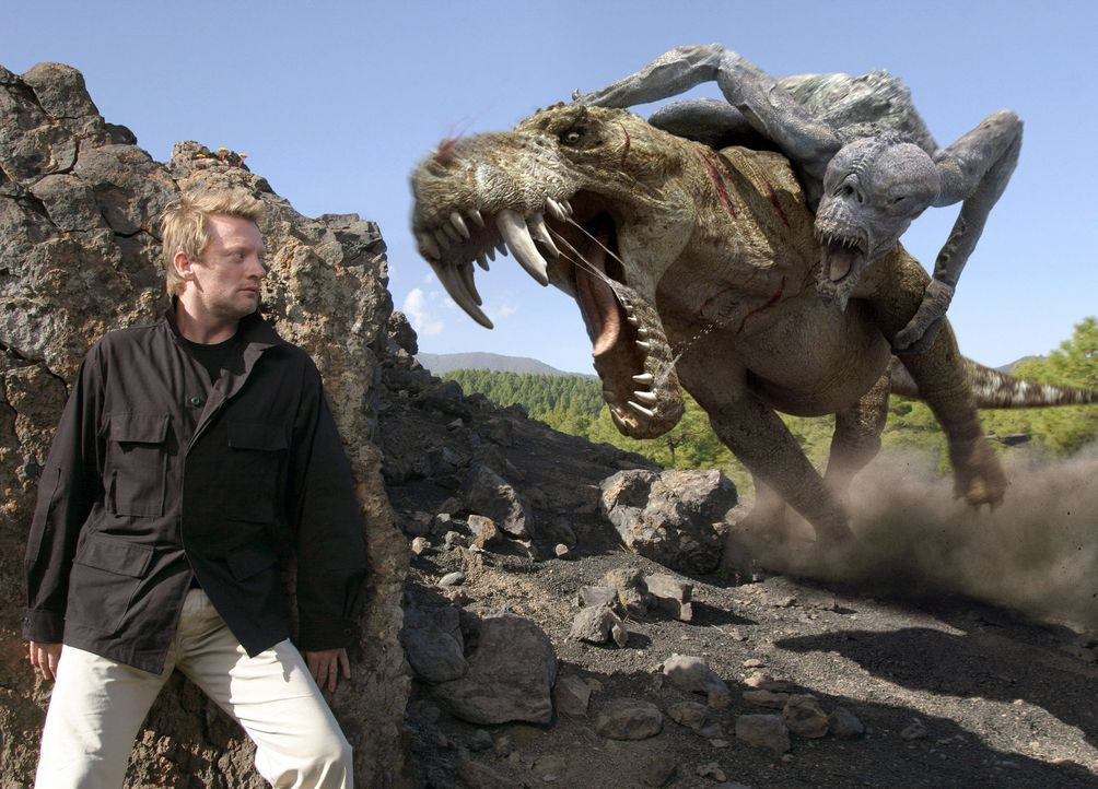 Cutter (Douglas Henshall) beobachtet aus einem Versteck, den Kampf der Monster ... - Bildquelle: ITV Plc