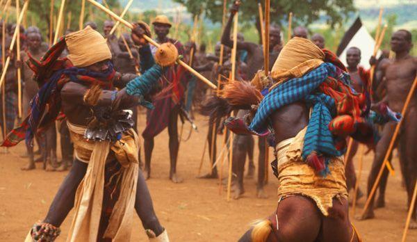 Kampf mit Löwenfellgürteln und Schutzkleidung - Bildquelle: Richard Gress