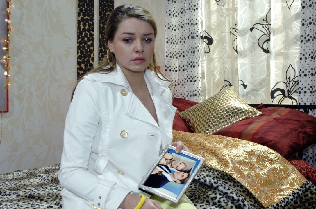 Katja (Karolina Lodyga) wird klar, dass sie handeln muss ... - Bildquelle: Oliver Ziebe Sat.1