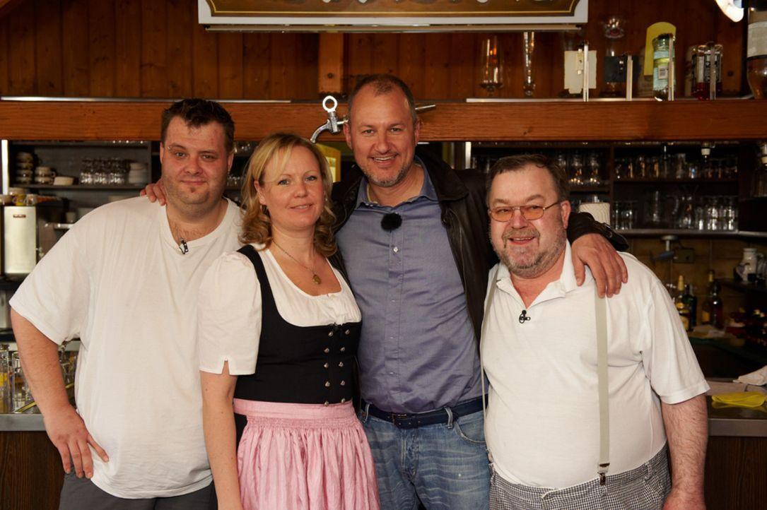 Marco (l.), Christel (2.v.l.) und Reiner (r.) hoffen auf die Hilfe von Sternekoch Frank Rosin (2.v.r.). - Bildquelle: Walter Wehner kabel eins