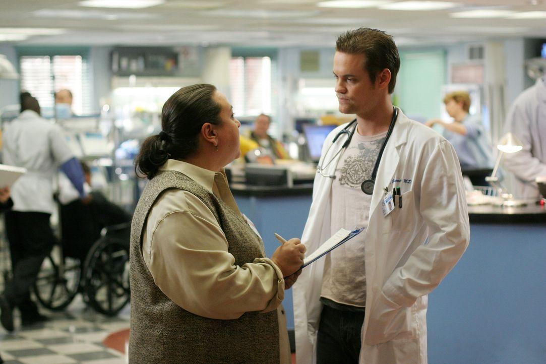 Unterhalten sich: Ray (Shane West, r.) und Liz Dade (Tara Karsian, l.) ... - Bildquelle: Warner Bros. Television