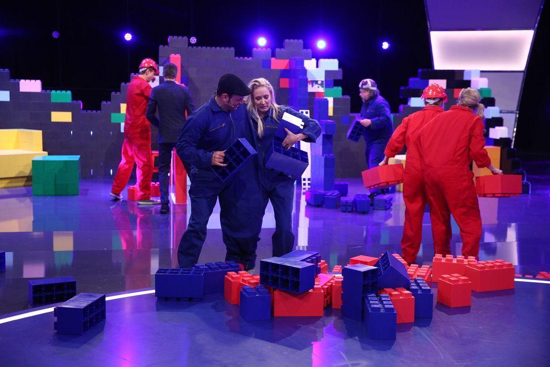 In dieser Spieleshow geht es mehr als einmal heiß her: Kaya Yanar (l.) und Janine Kunze (r.) ... - Bildquelle: Guido Ohlenbostel SAT.1
