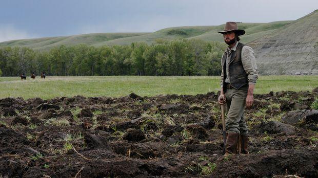 Auf dem Feld muss Charles Ingalls (Cameron Bancroft) feststellen. dass sich d...