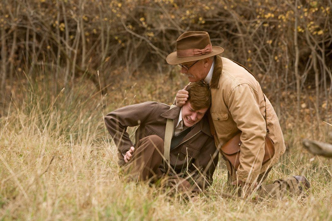 Kann Dr. Edward Sledge (Conor O'Farrell, r.) seinem schwer traumatisierten Sohn Eugene (Joe Mazzello, l.) helfen ins normale Leben zurückzufinden? - Bildquelle: Home Box Office Inc. All Rights Reserved.