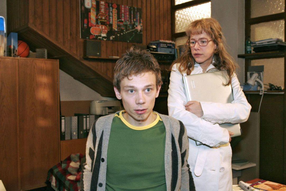 """Trotz seiner Entschuldigung ist sich Lisa (Alexandra Neldel, r.) nicht sicher, ob sie Jürgen (Oliver Bokern, l.) hinsichtlich """"B.STYLE"""" wieder vert... - Bildquelle: Sat.1"""